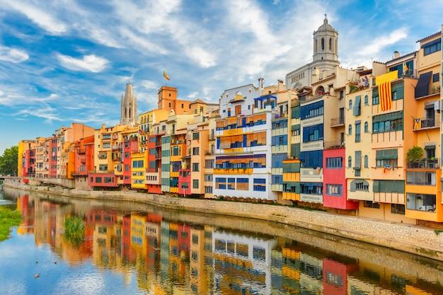 Casas coloridas en girona, cataluña, españa