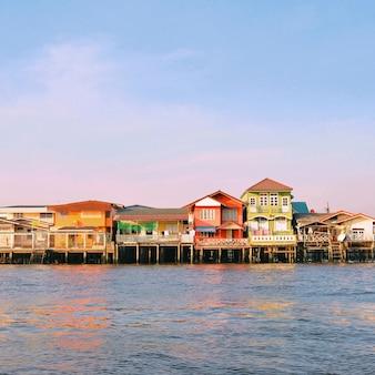 Casas coloridas a lo largo del río chao phraya