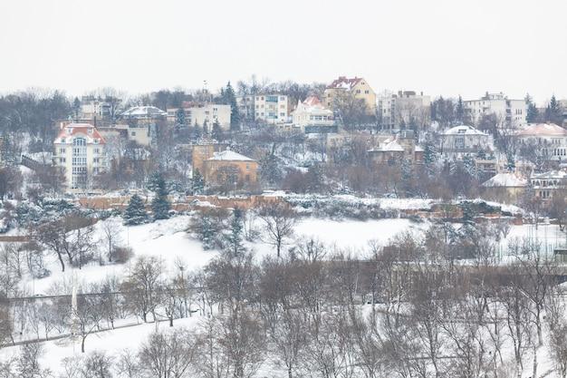 Casas cubiertas de nieve en budapest