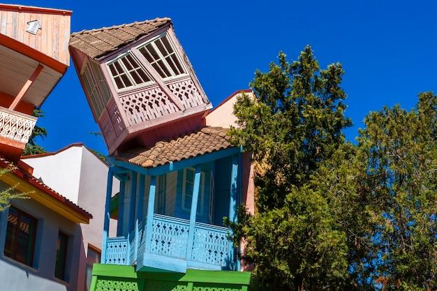 Casas de cuento de hadas en un parque de atracciones para niños en tbilisi