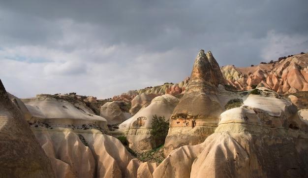 Casas cueva y chimeneas de hadas oscilan cerca del pueblo de goreme