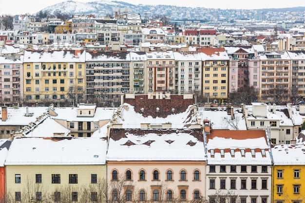 Casas y edificios cubiertos de nieve en budapest