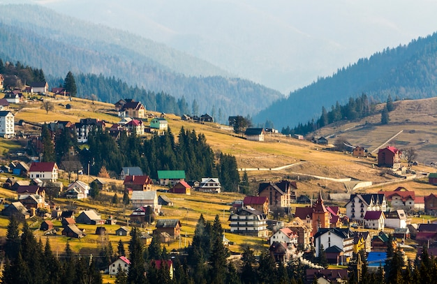 Casas de la estación de esquí bukovel en montañas de los cárpatos en ucrania