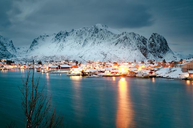 Casas de invierno en el océano por la noche