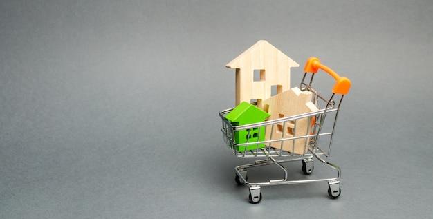 Casas de madera en un carrito de supermercado.