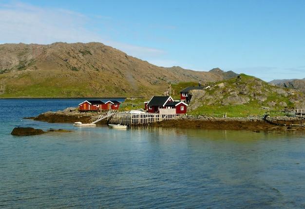 Casas de madera noruegas de un pequeño pueblo de pescadores en north cape, honningsvag de noruega