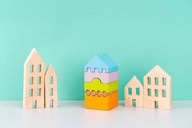 Casas en miniatura sobre fondo azul