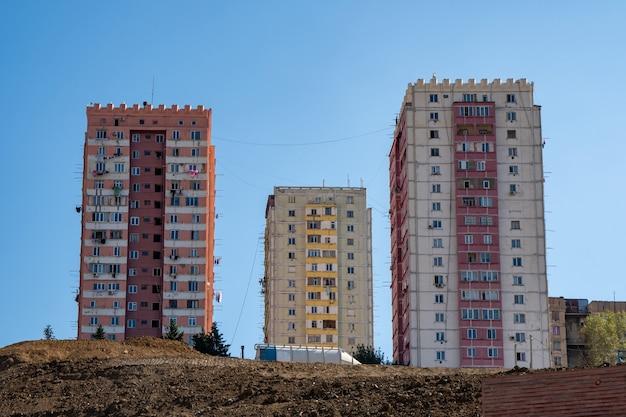 Casas multifamiliares contra el cielo azul, casas en tbilisi.
