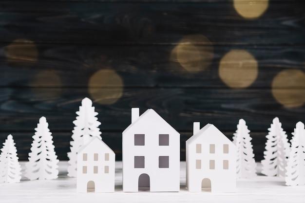 Casas de papel hechas a mano y abetos.