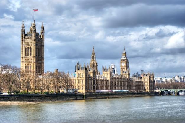 Casas del parlamento y el big ben con el río támesis