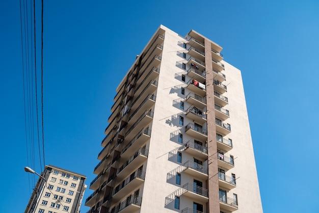 Casas plurifamiliares nuevas contra el cielo azul, casas nuevas.