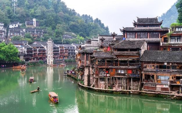 Casas populares a lo largo del río en la antigua ciudad de phoenix, hunan
