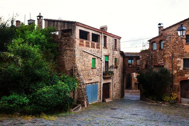 Casas en el pueblo catalán. pubol