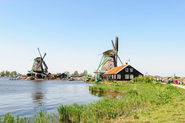 Casas de pueblo holandés tradicional en zaanse schans, países bajos