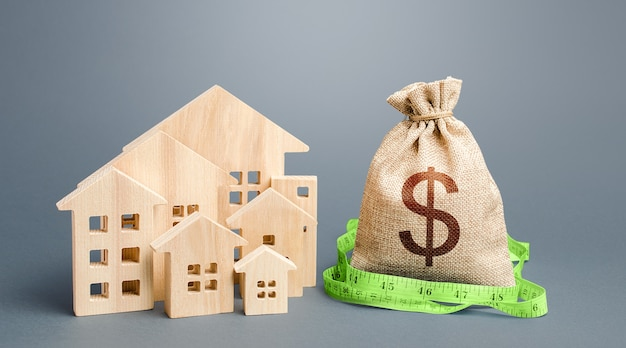 Casas residenciales y una bolsa de dinero en dólares. valoración de inmuebles.
