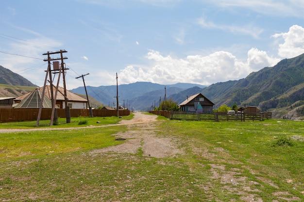 Casas rurales en las montañas de altai.
