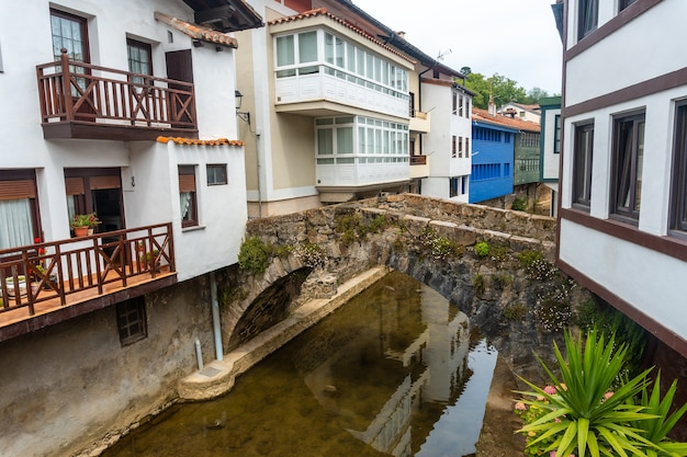 Casas sobre el río del municipio de ea cerca de lekeitio, cantábrico en cantabria. país vasco
