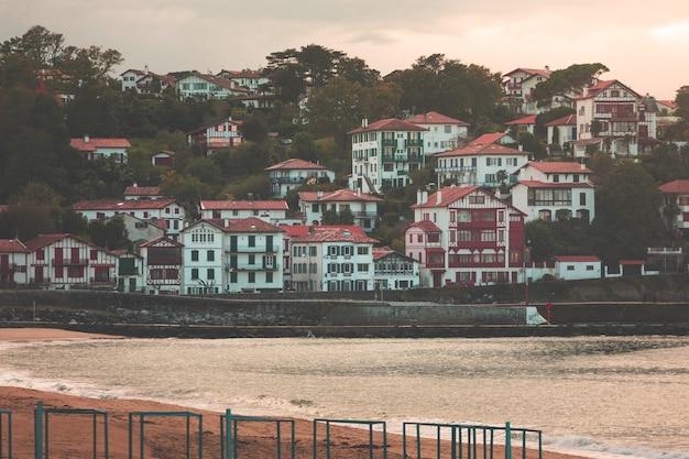 Casas típicas vascas en el lado del mar de san juan de luz