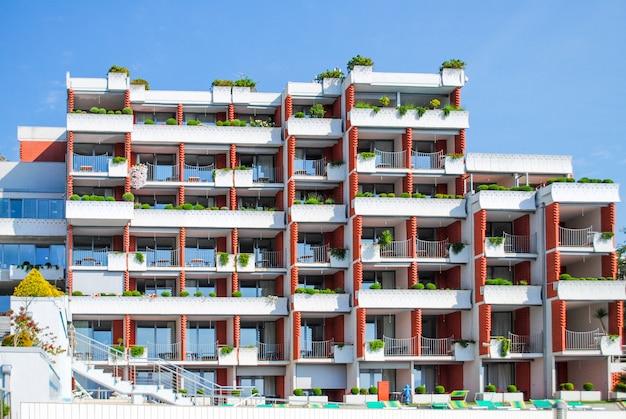 Casas de varios pisos en las montañas de montenegro, budva.