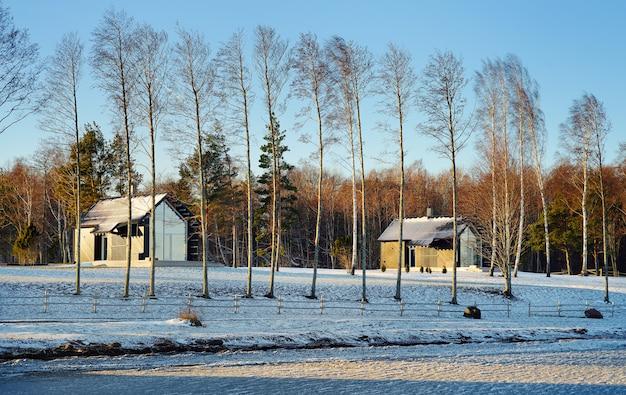 Casas de verano en la isla en un día ventoso de invierno saaremaa, estonia. vista desde la ventana del coche.