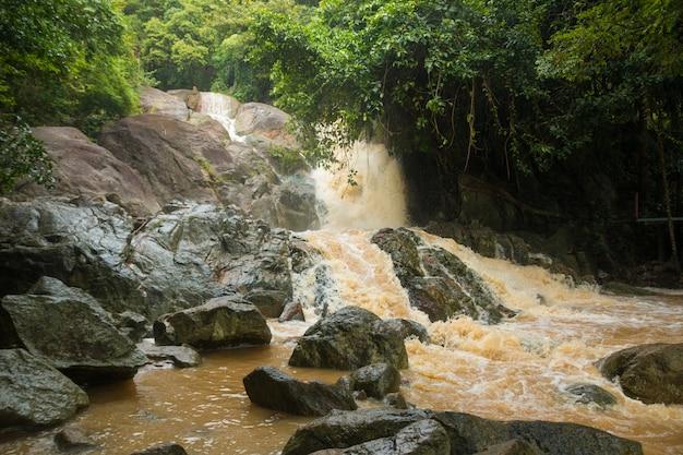 Cascada afluente en temporada de lluvia en la isla de koh samui, tailandia