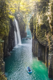 Cascada y barco en takachiho gorge en takachiho, miyazaki, kyushu, japón
