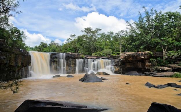 Cascada en el bosque de dipterocarp después de fuertes lluvias, tailandia