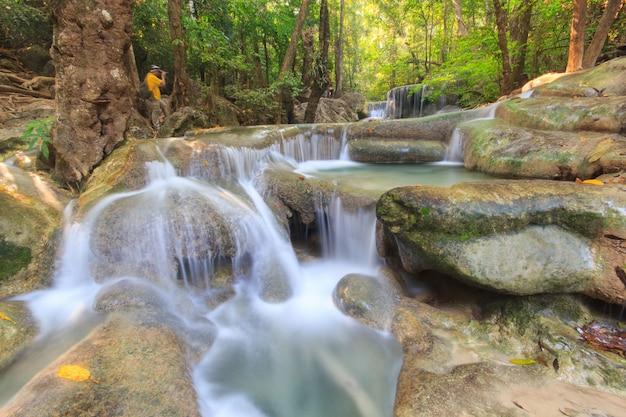 Cascada del bosque profundo en el parque nacional de la cascada de erawan kanchanaburi tailandia