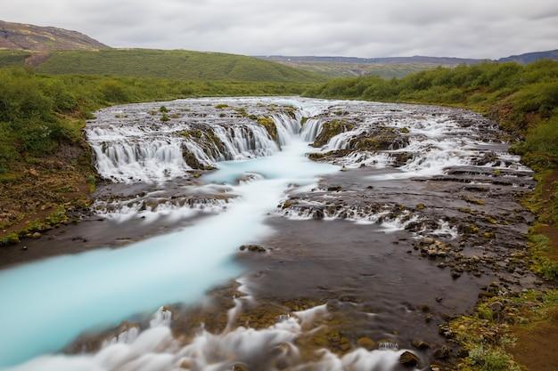 Cascada de bruarfoss en verano, islandia.