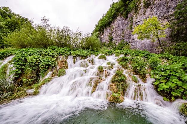 Cascada en cascada en el parque nacional de los lagos de plitvice, dalmacia, croacia
