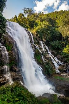 Cascada de las cataratas de wachirathan en chang mai tailandia
