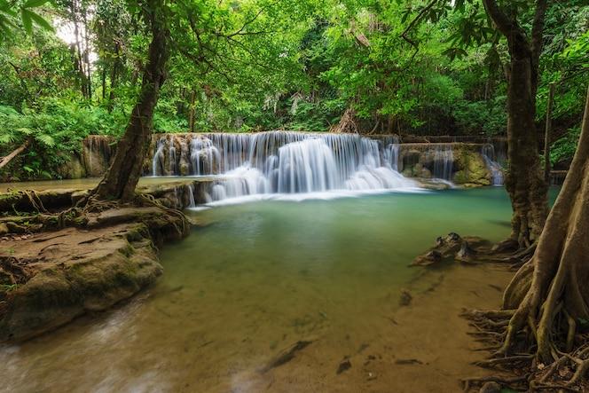 Cascada de huay mae kamin en el parque nacional de khuean srinagarindra, kanchanaburi, tailandia