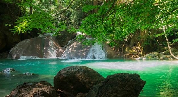 Cascada de erawan en medio del hermoso bosque tropical