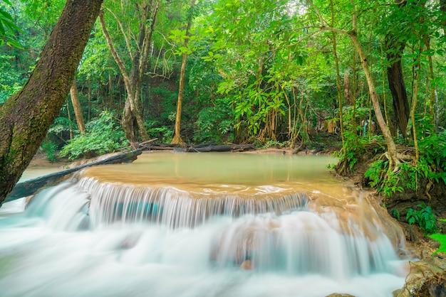 Cascada de erawan, parque nacional de erawan en kanchanaburi en tailandia