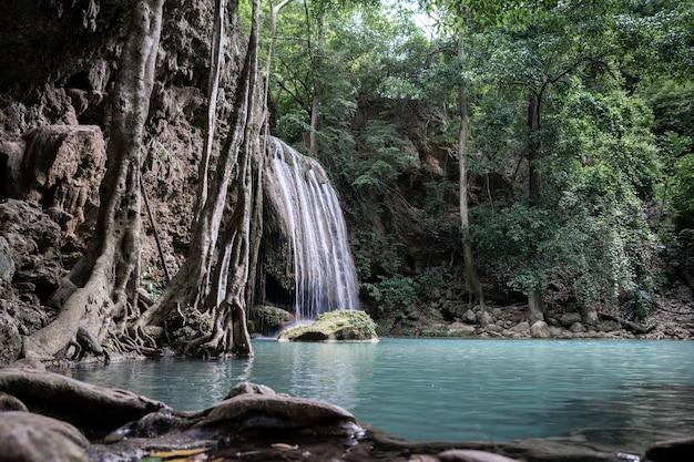 Cascada de erawan en el parque nacional, kanchanaburi, tailandia.