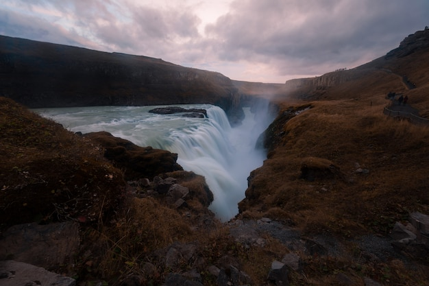 Cascada gulfoss, la cascada más famosa y una de las más fuertes de islandia.