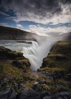 Cascada de gullfoss, increíble naturaleza, paisaje de verano islandés.