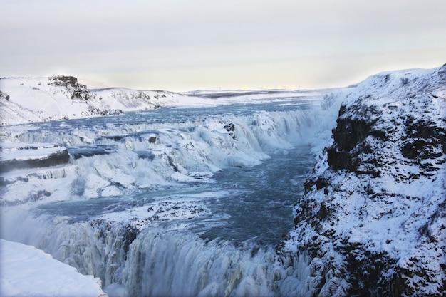 Cascada de gullfoss en islandia, europa rodeada de hielo y nieve