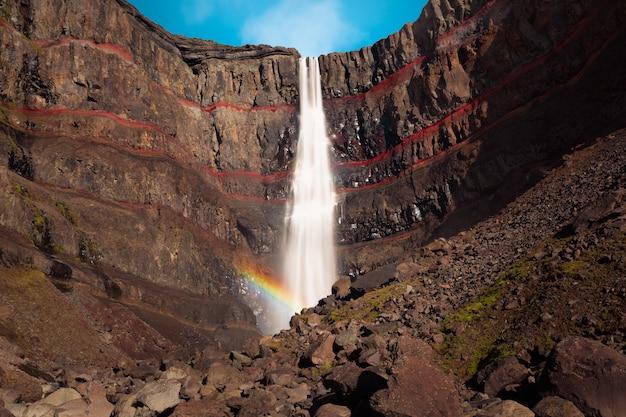 Cascada de hengifoss en el este de islandia.