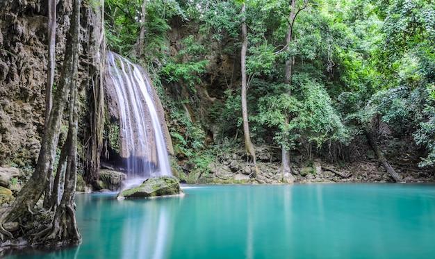Cascada hermosa del bosque profundo de la cascada de erawan en kanchaburi, tailandia