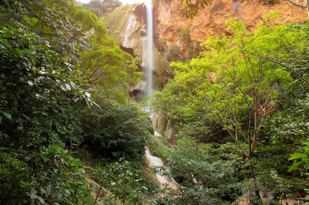 Cascada hermosa - cascada de erawan en el parque nacional de erawan en kanchanaburi, tailandia.
