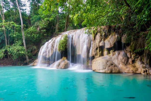 Cascada hermosa en el parque nacional de la cascada de erawan en kanchanaburi, tailandia