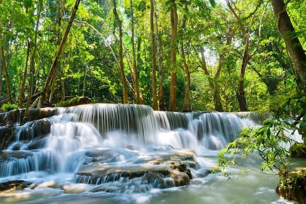 Cascada de huai mae khamin en kanchanaburi, tailandia, hermosa cascada, bosque