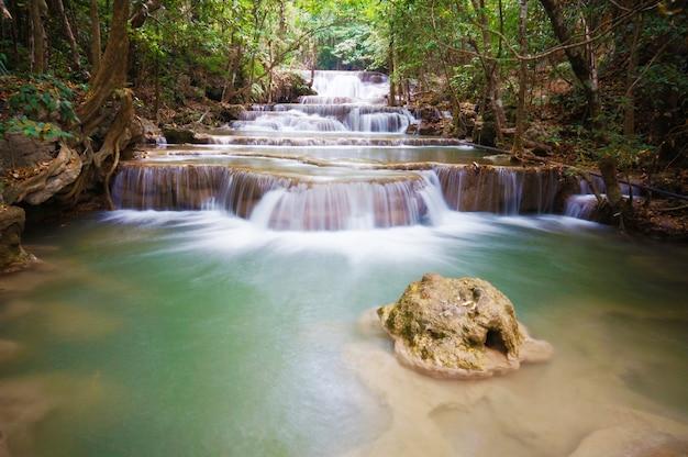 Cascada de huai-mae-khamin kanchanaburi
