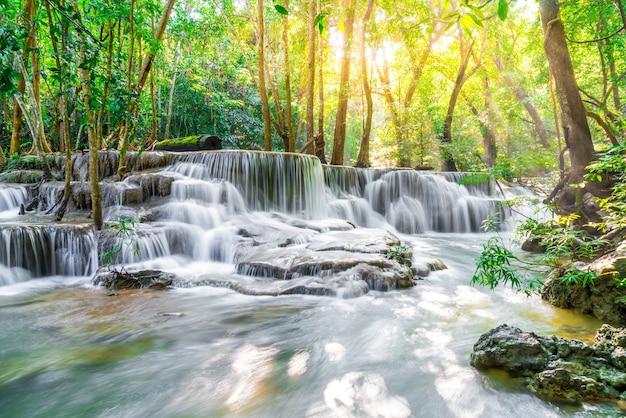 Cascada de huay mae kamin en kanchanaburi en tailandia