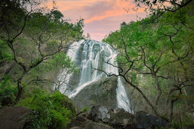 Cascada de khlong lan, hermosas cascadas en el parque nacional de klong lan de tailandia.