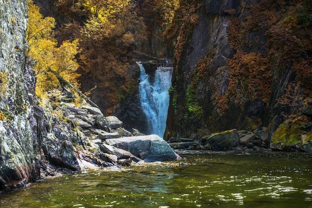 Cascada de korbu en el lago teletskoye