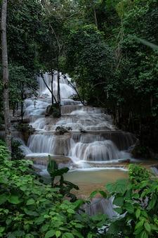 La cascada mae kae es la cascada que se ubica en el área del parque nacional de ngao, provincia de lampang, tailandia