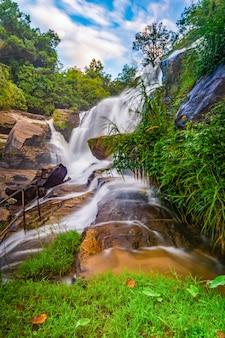 Cascada de mae klang luang en un día ventoso
