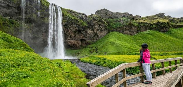 Cascada mágica de seljalandsfoss en islandia.
